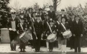 Één van de 1e foto's van de drumband als Limburgs kampioenen in 1968